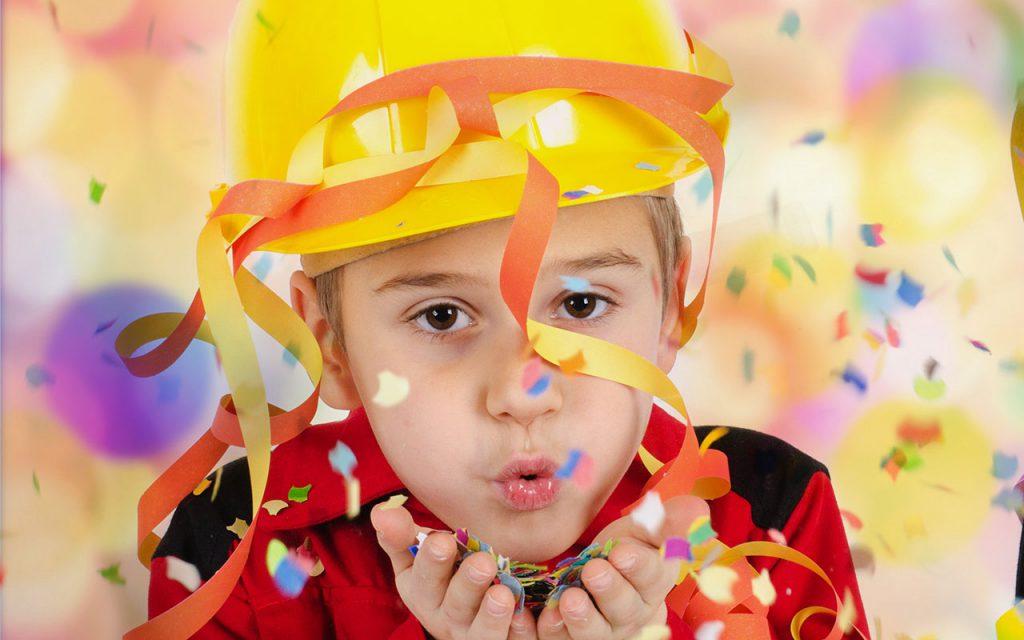 Junge als Feuerwehrmann