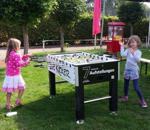 Zwei Mädchen spielen Tischkicker