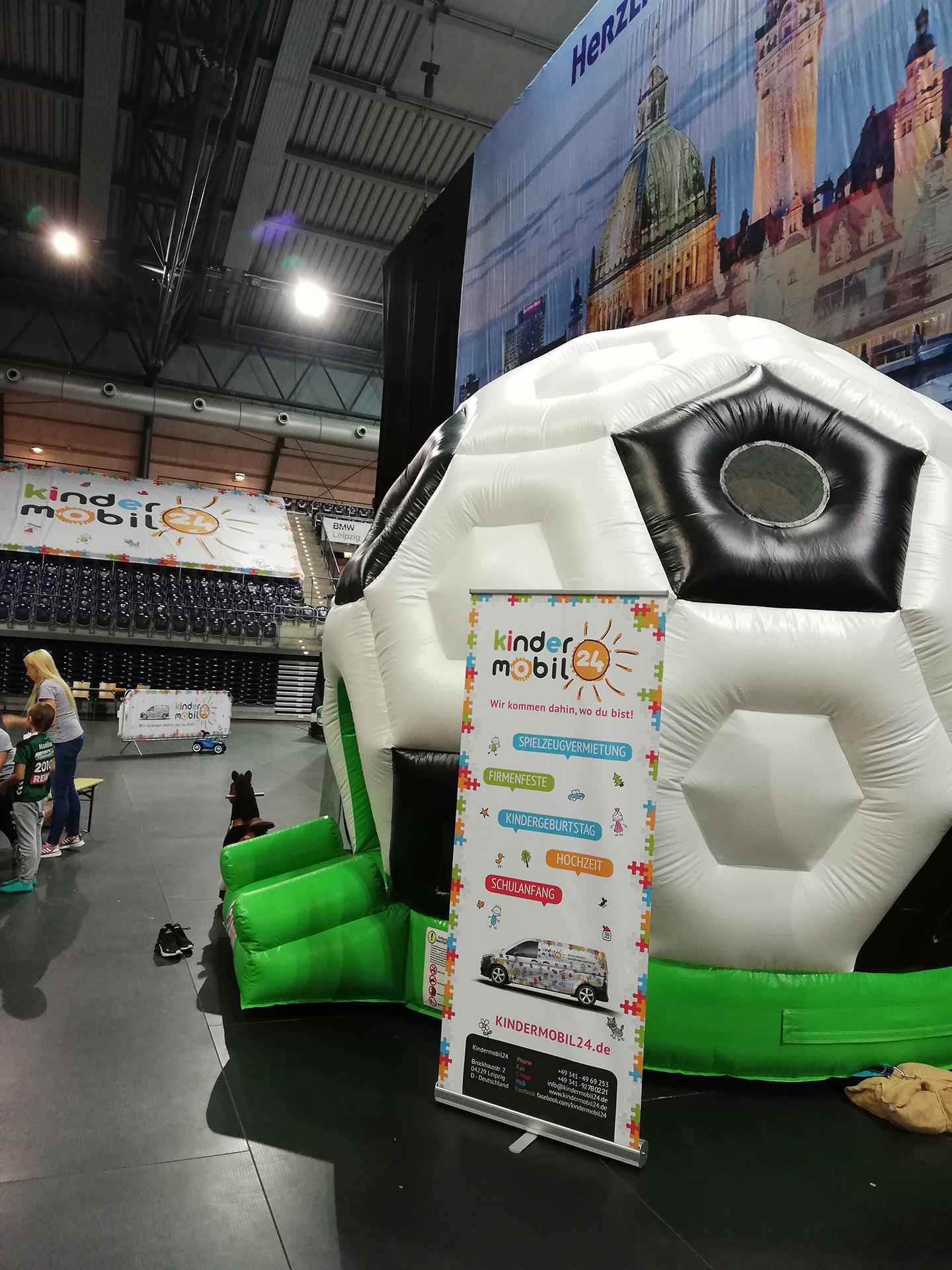 Kindermobil24 mit Fussballhüpfburg beim SC DHfK Handball Leipzig